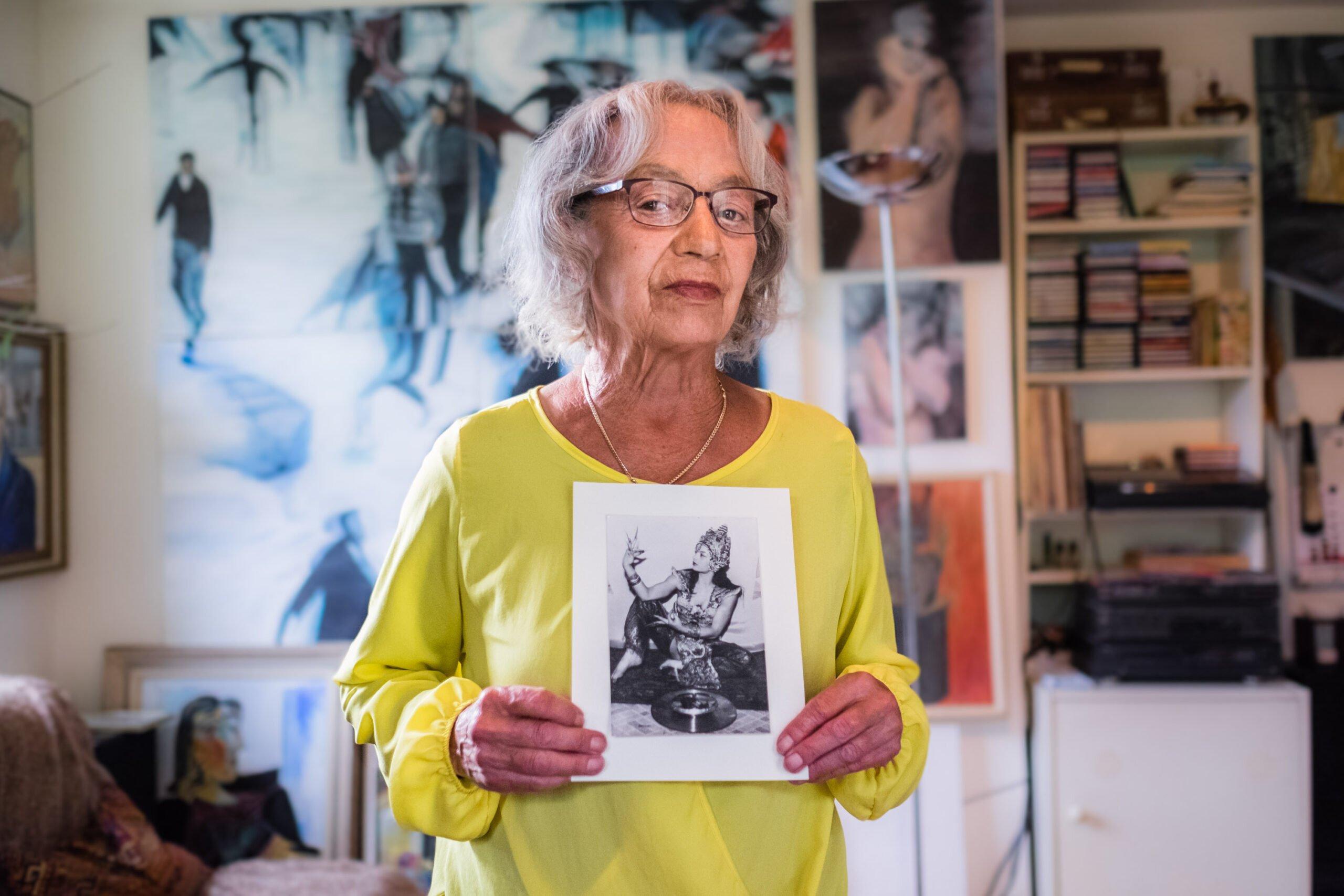 Sonja Schröter mit einer Setcard