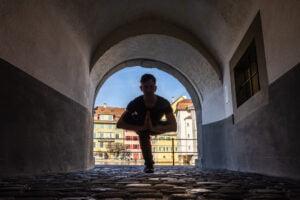 Yogapose in der Luzerner Münzgasse