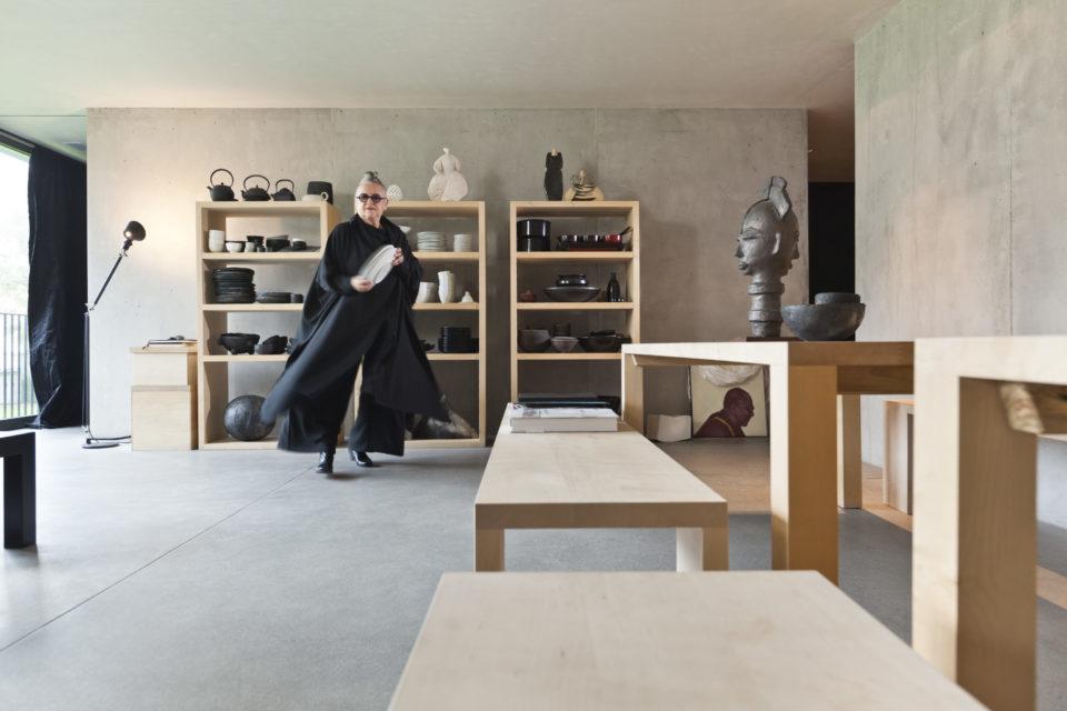 Die Grande Dame der Schweizer Mode Christa de Carouge bei sich Zuhause.