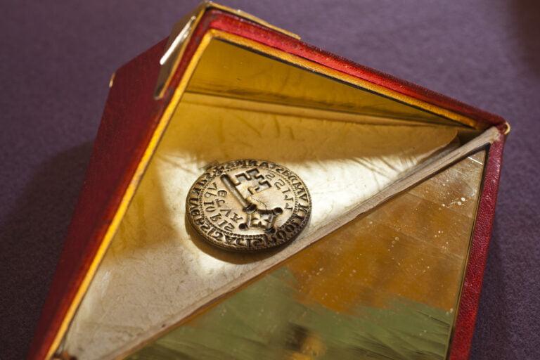STEFANO SCHROETER, SARNEN, OW, 19.07.2011: Im Hexenturm von Sarnen ist das Weisse Buch von Sarnen, die Urschrift aller Schweizer Mythen. Das Siegel welches immer zur Landsgemeinde gerage wurde.